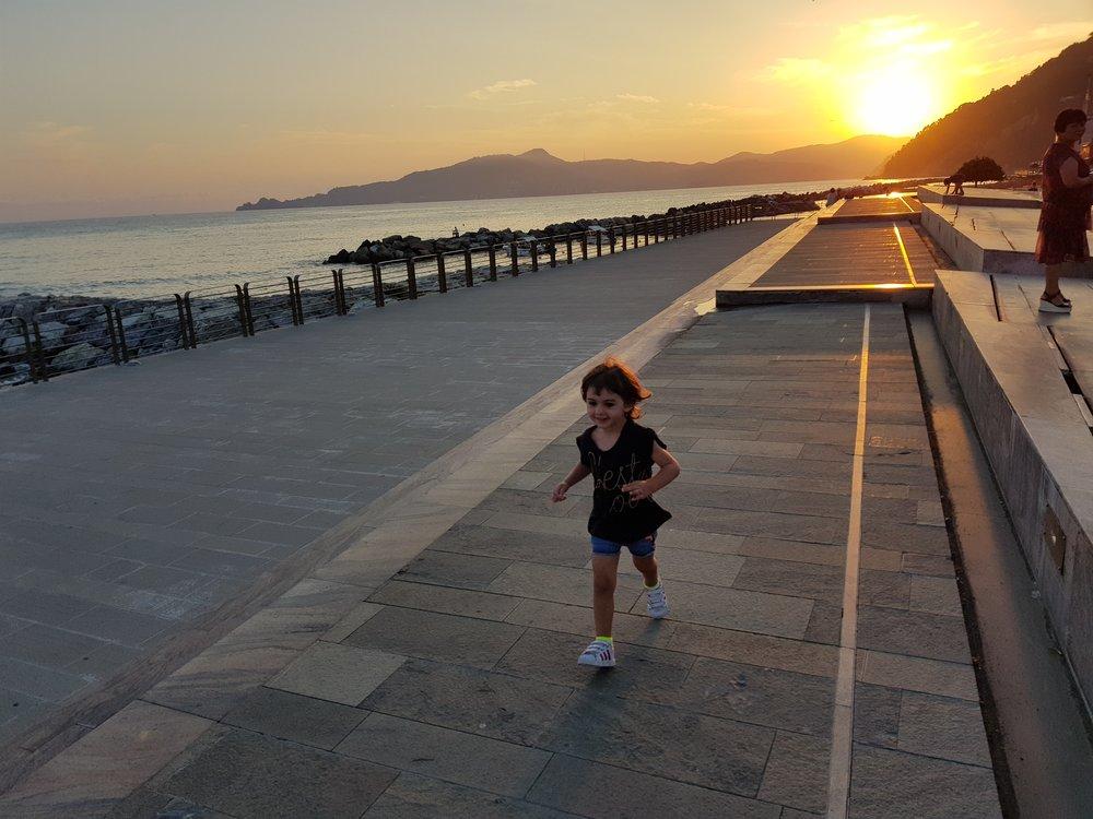 bambina-felice-liguria-