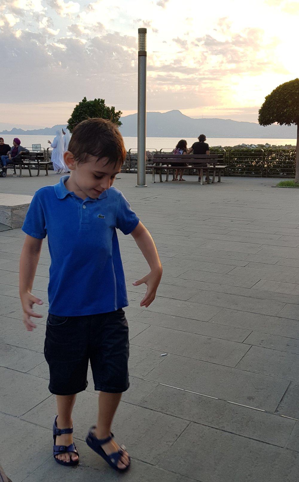 bimbo-gioca-in-vacanza-liguria