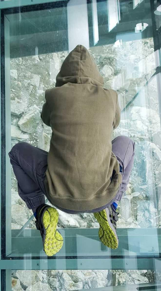 Non distante da noi vediamo accampamenti di alpinisti che campeggiano nella neve, che coraggio e che bellissima esperienza deve essere ritrovarsi lì la notte da soli sulla neve, nel silenzio più assoluto, chissà se lo proveremo mai? I bambini riescono a toccare la neve dopodiché felici rientriamo alla stazione centrale per farli giocare ancora un pochino nel meraviglioso parco.