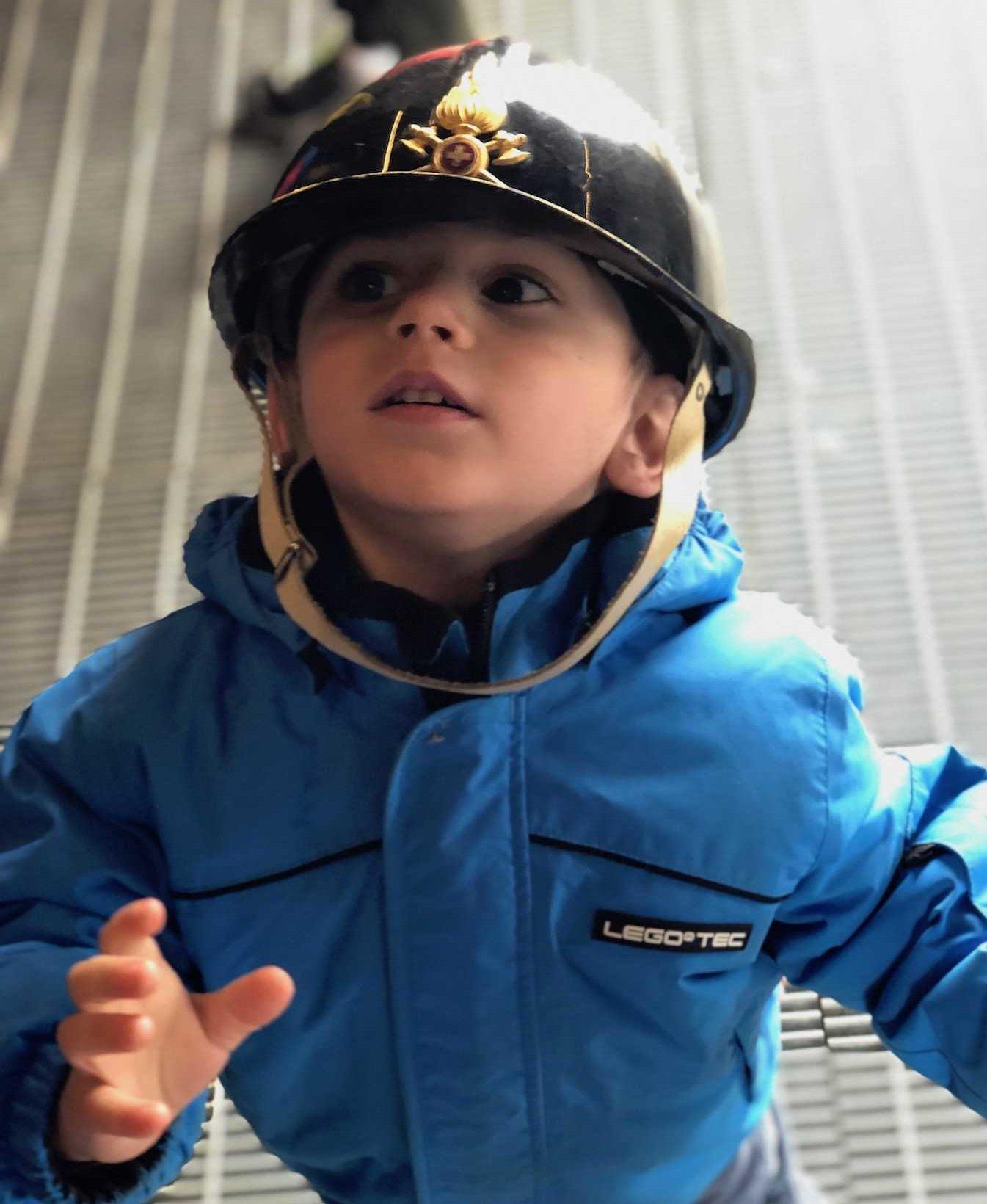 bambino-indossa-casco-da-minatore