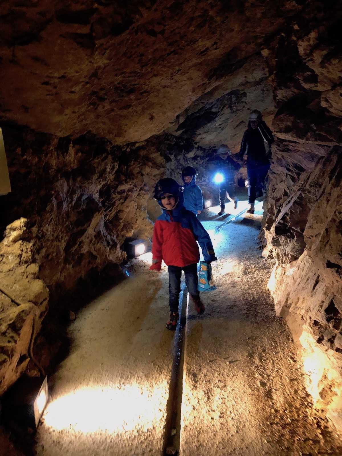 Miniera-d'oro-di-Brusson-con-bambini