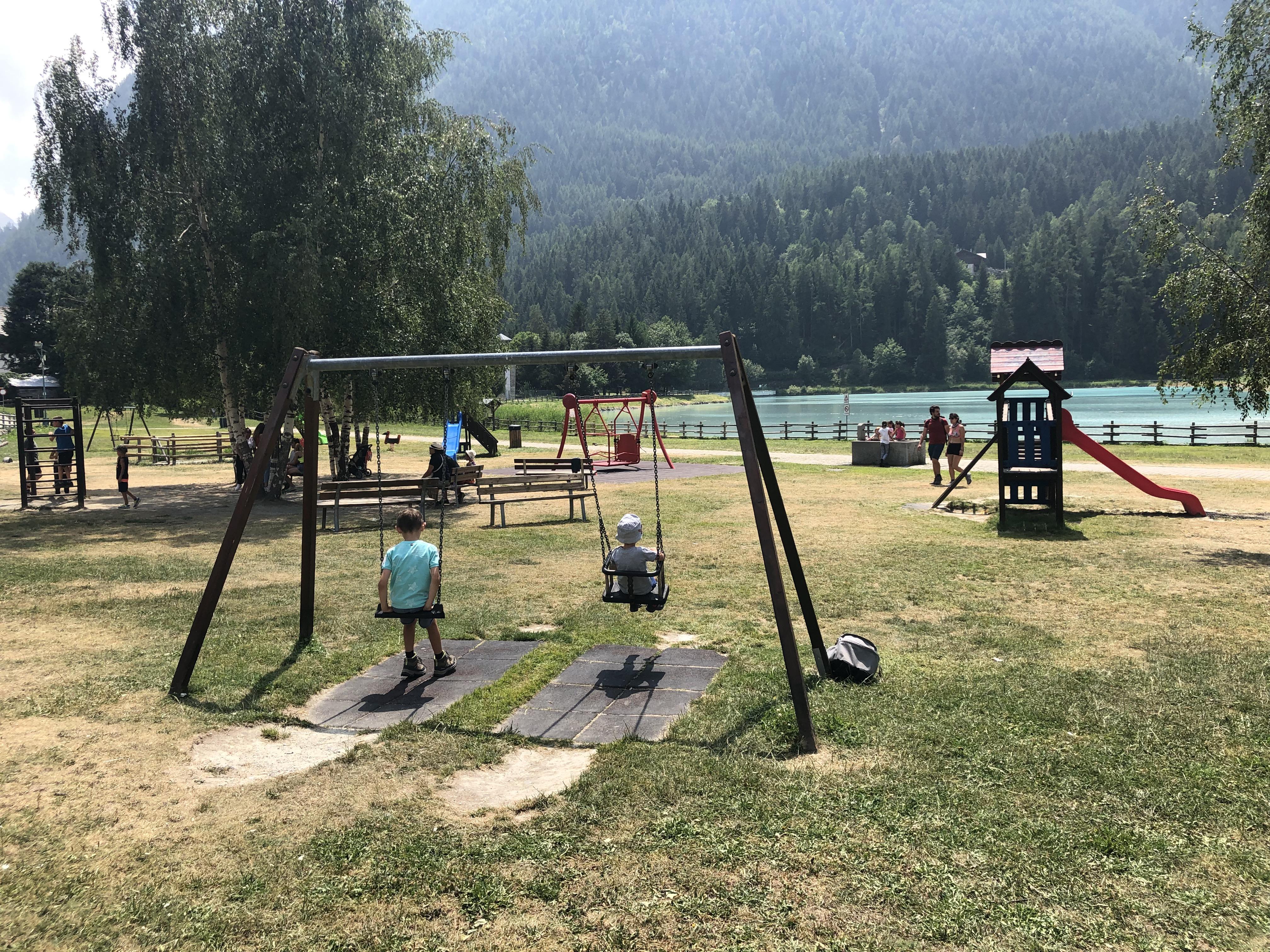 parco-giochi-di-fronte-al-lago-di-Brusson
