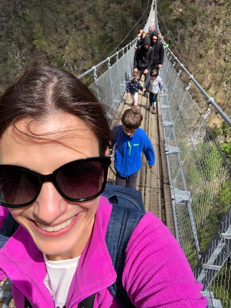 selfie-sul-ponte-tibetano-con-bambini