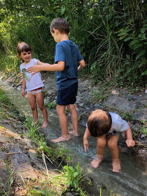 bambini-felici-lungo-corso-d'acqua