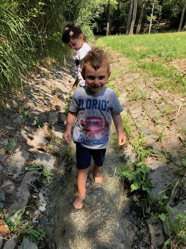 riserva-lago-bimbi-giocano-felici