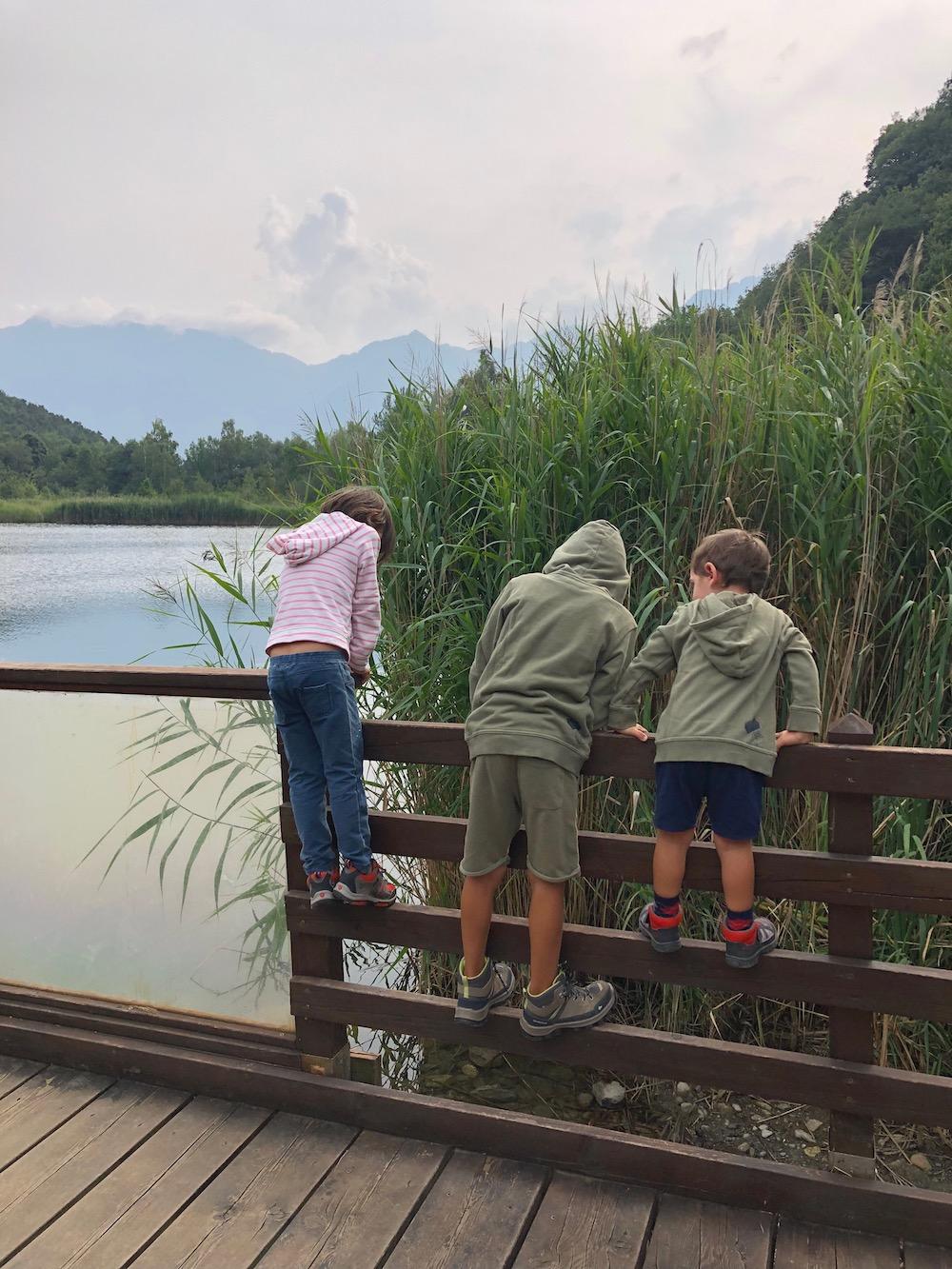 bambini-sul-pontile-lago