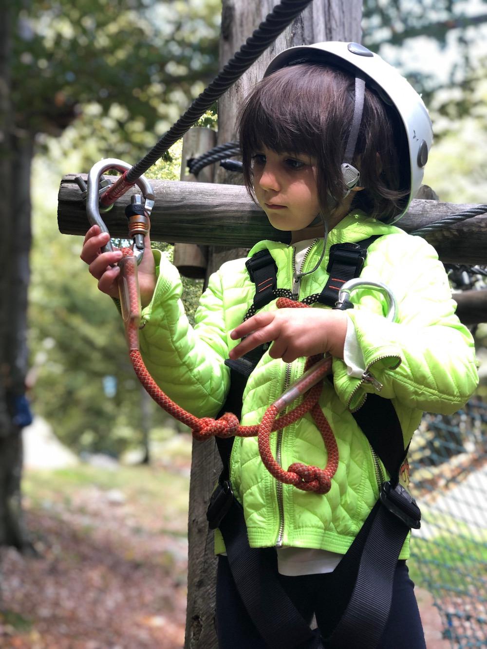 bambina-parco-avventura