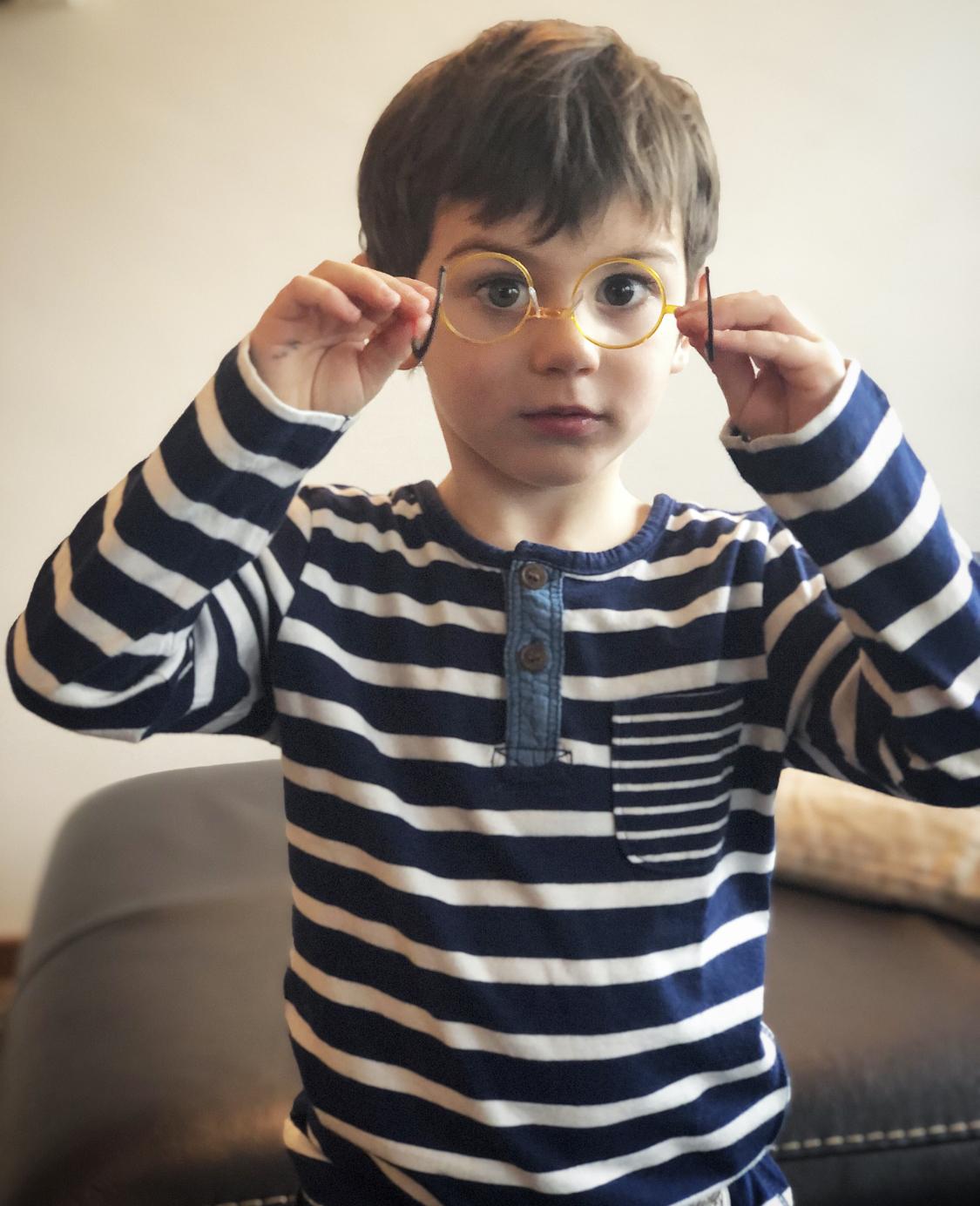 bambino-con-i-suoi-primi-occhiali