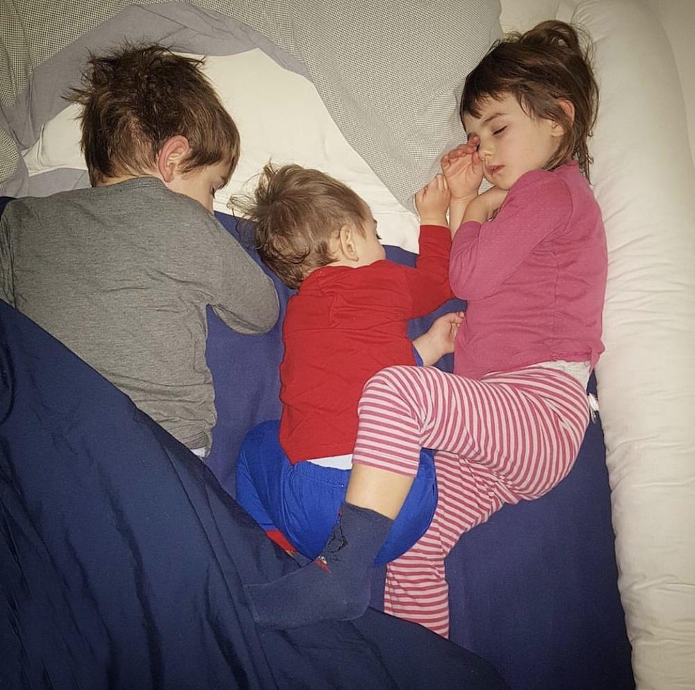 bambini-dormono-insieme