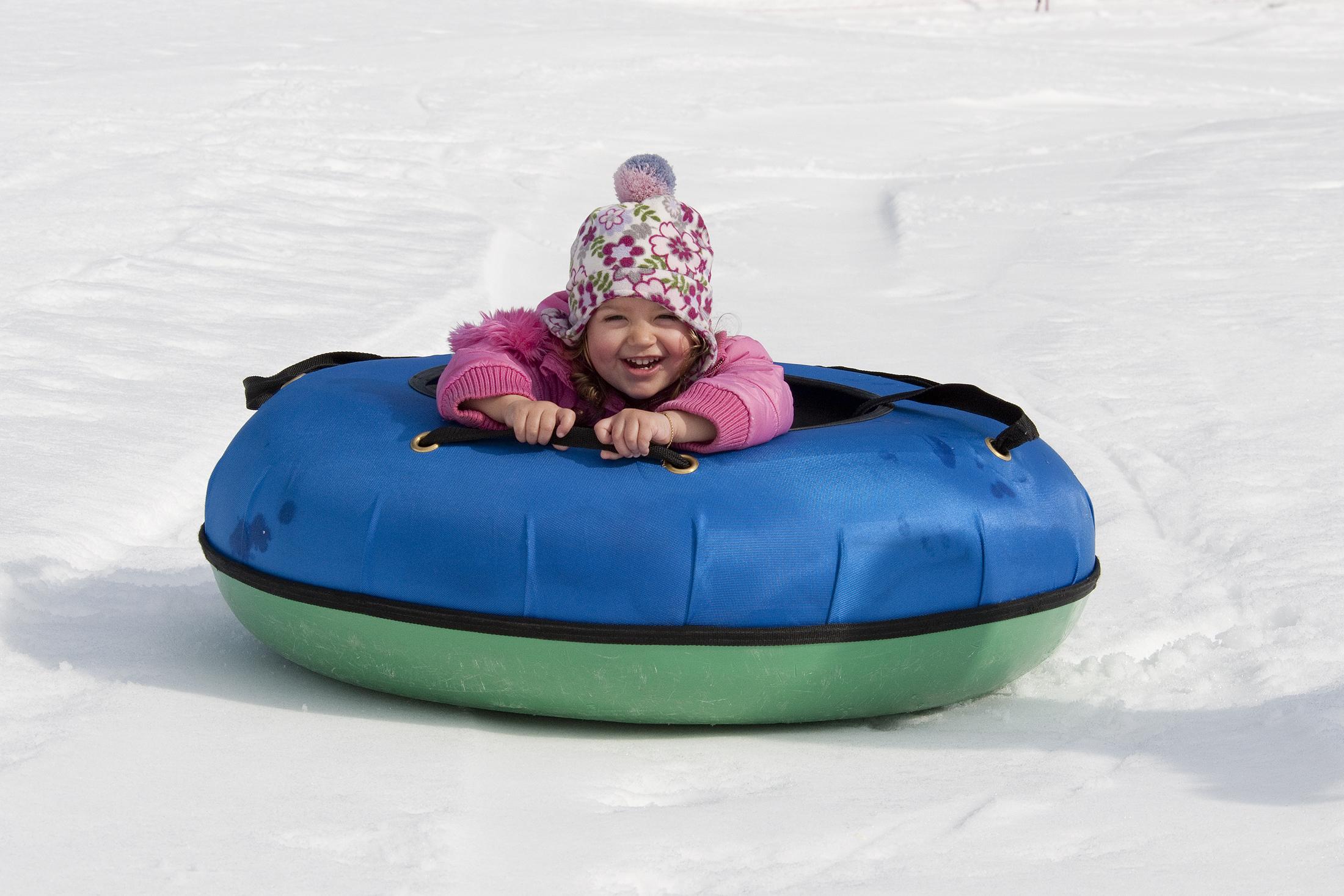 bimba-gioca-sulla-neve
