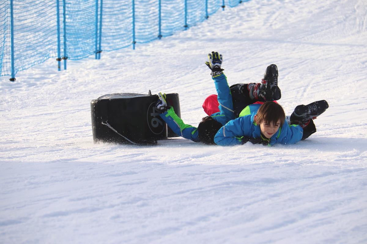 bambini-giocano-felici-sulla-neve