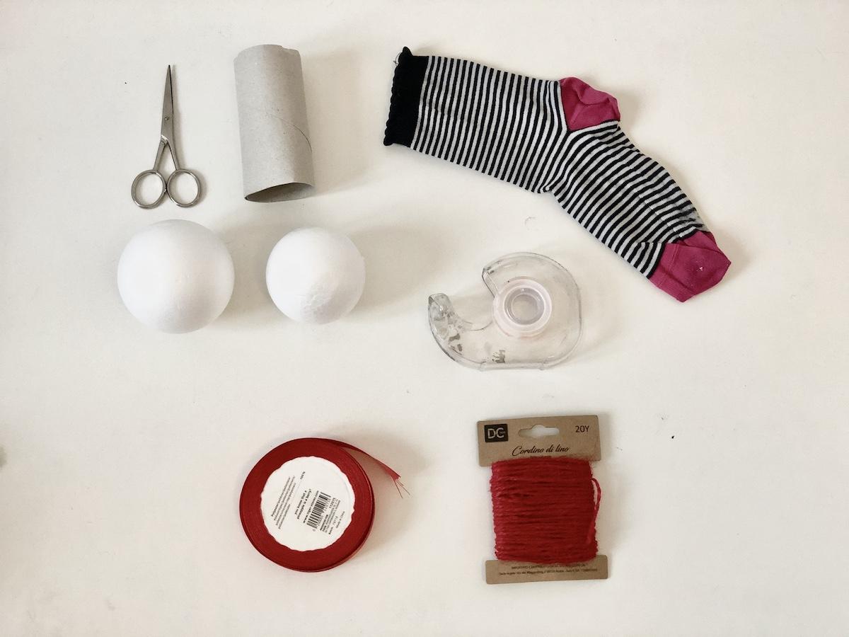 materiale-per-realizzare-un-CONIGLIETTO- DI -PASQUA- CON -LE- CALZE