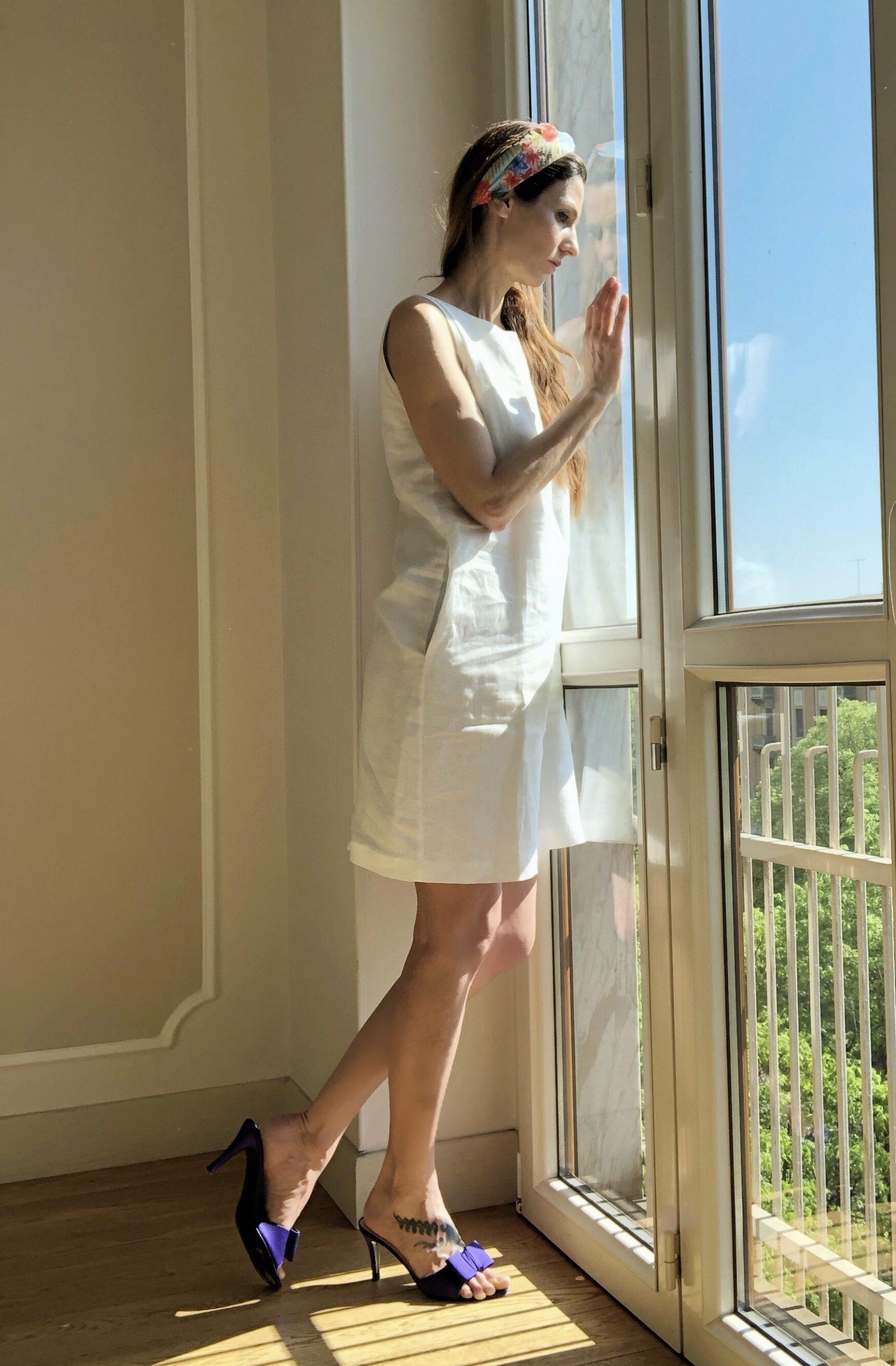 DONNA-guarda-fuori-dalla-finestra-vestita-alla-moda