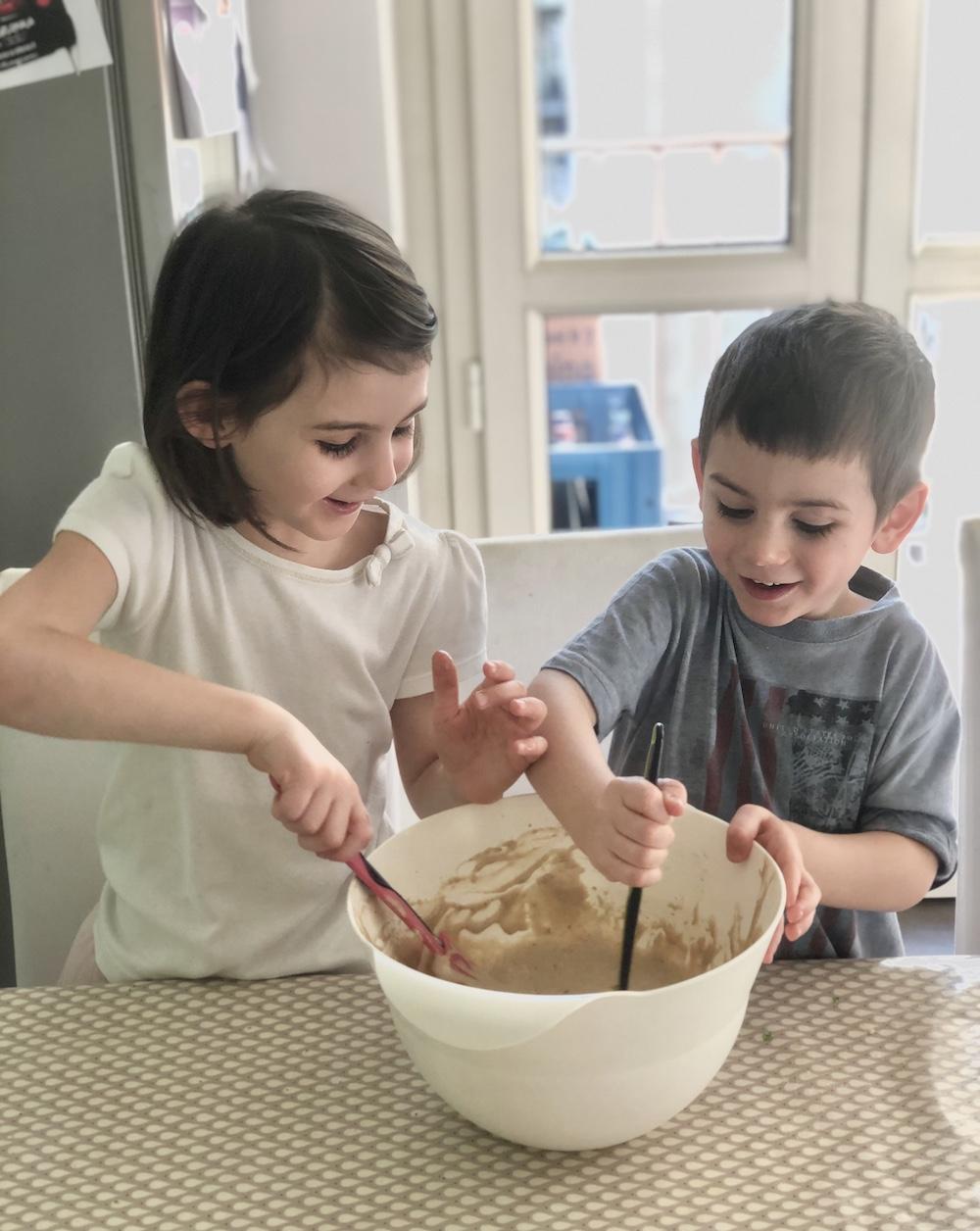 bambini-preparano-un-dolce