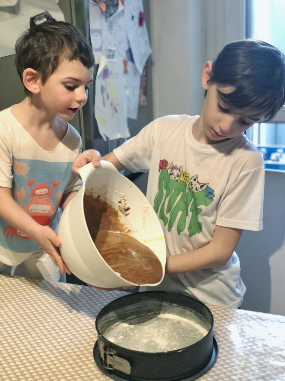 bambini-preparano-torta-al-cioccolato
