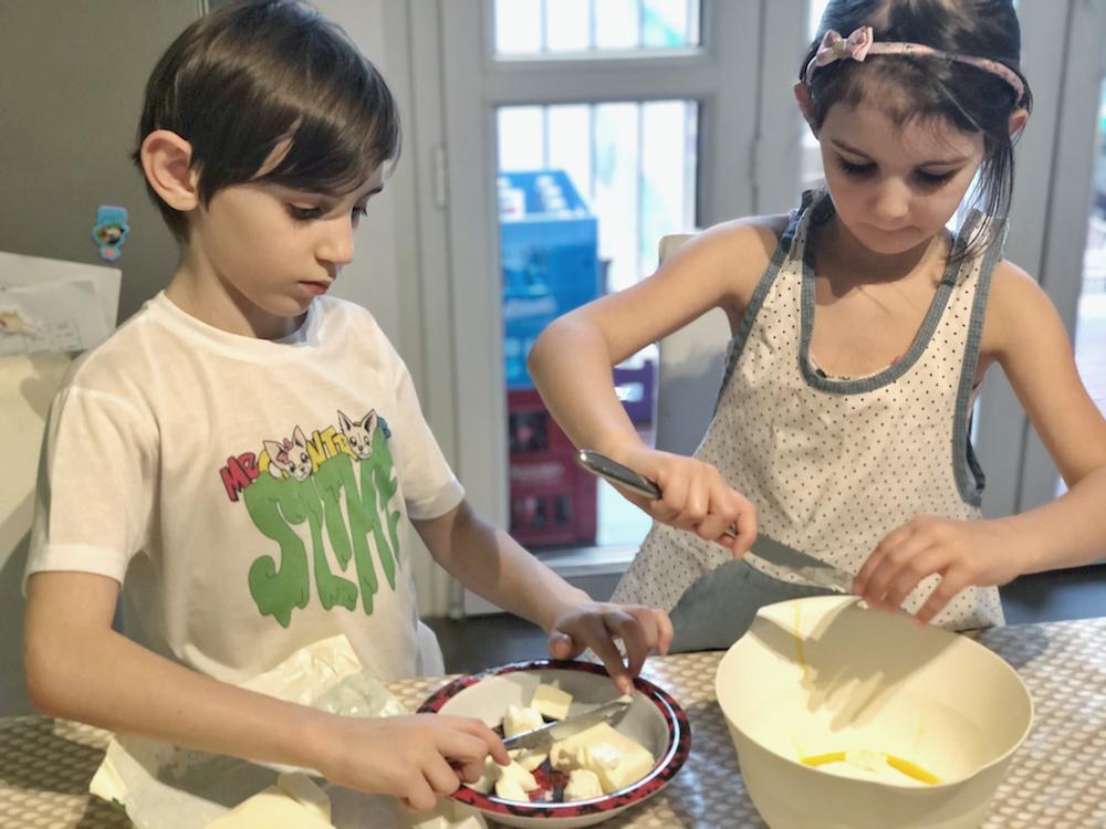 bambini-preparano-torta- al -cioccolato- fondente- e- bianco